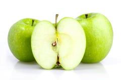 Trzy zielony jabłko z plasterkiem odizolowywającym fotografia royalty free