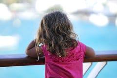 trzyletnia dziewczyna podziwia widok Cyclades od promu zdjęcie stock