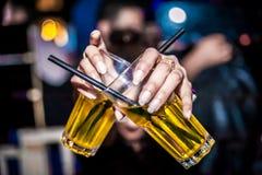 Trzymać 2 alkoholu szkła Fotografia Royalty Free