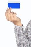 Trzymać błękitną kredytową kartę Fotografia Royalty Free
