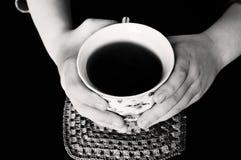 Trzymać gorącą filiżankę herbata Obraz Stock