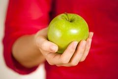 Trzymać jabłka Zdjęcia Royalty Free