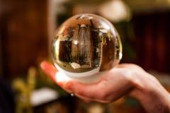 Trzymać kryształową kulę w żywym pokoju zdjęcie stock
