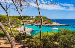 Trzymać na dystans z łódź jachtu ats pięknym nadmorski na Majorca wyspie, Hiszpania zdjęcia royalty free