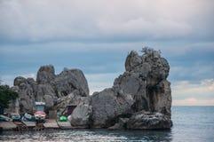 Trzymać na dystans z skałami i łódkowatym cumowniczym morzem w Crimea Zdjęcia Royalty Free