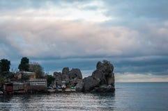 Trzymać na dystans z skałami i łódkowatym cumowniczym morzem w Crimea Obrazy Stock