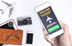 Trzymać online podróży biletowego zastosowanie na wiszącej ozdobie zdjęcie royalty free