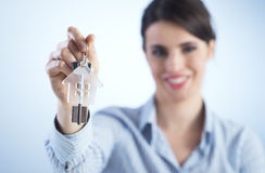 Trzymać out domowych klucze Obrazy Stock