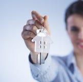 Trzymać out domowych klucze Zdjęcia Stock