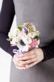 Trzymać pięknego wiosna bukiet Obraz Stock