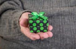 Trzymać prezent paczkę Obrazy Stock