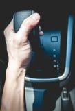 Trzymać przekładnię w samochodzie Fotografia Royalty Free