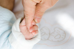 Trzymać ręki dziecko i jej ojciec Zdjęcia Royalty Free