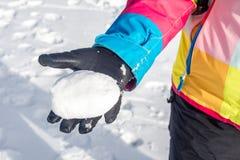 Trzymać Snowball Obraz Stock