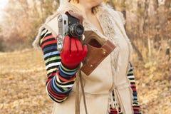 Trzymać starą kamerę w ręce Obrazy Stock