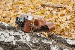 Trzymać starą kamerę w ręce Zdjęcie Stock