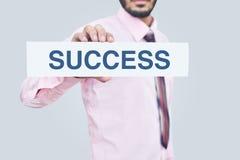 Trzymać sukcesu kartonu notatkę w ręce Obraz Stock