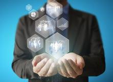 Trzymać wirtualną ikonę ogólnospołeczna sieć w ręce Zdjęcie Stock