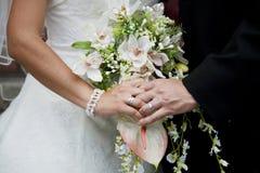 Trzymać bridal bukiet Obraz Stock