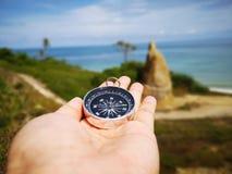 Trzyma? dalej kompas pokazuje tw?j kierunek i tw?j nawigacj? stawia? czo?o ocean zdjęcie royalty free