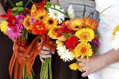 Trzymać kwiatu bukiet Fotografia Stock