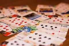 Trzyma wygraną kartę w ręce obraz royalty free