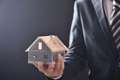 Trzymający wzorcowego domowego proponowanie mieści nabycie lub wynajem obraz royalty free