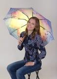 trzymający ładnej parasolowej kobiety młody fotografia stock