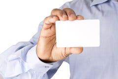 Trzymający banka bielu kartę jednakowa ATM karta, kredytowa karta lub de Obraz Stock