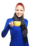 trzymający kubka rudzielec kobiety kolor żółty młody Zdjęcia Royalty Free