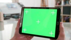 Trzymający pastylkę z zieleń ekranem dalej w artyści warsztatowi zdjęcie wideo