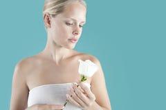 trzymający róży biały fotografia royalty free