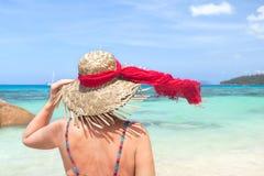 Trzymający słońce kapeluszowy Zdjęcie Stock