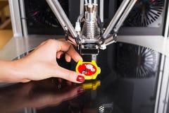 Trzymający zegarek który drukował z 3 d drukarką Fotografia Royalty Free
