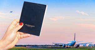 Trzymający rodzajowego paszport z jeden samolotem taxiing i inny bierze daleko Obraz Stock