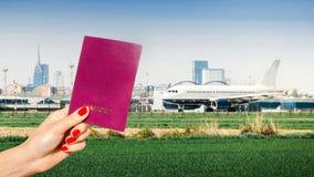 Trzymający rodzajowego paszport z jeden samolotem taxiing i inny bierze daleko Zdjęcia Stock