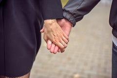 trzymaj ręce mężczyzny kobiety obrazy royalty free