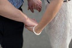 trzymaj ręce mężczyzny kobiety Zdjęcia Royalty Free