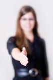 trzymaj rękę na nowoczesną wstrząsnąć młodych kobiet Fotografia Royalty Free
