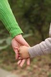 trzymaj ręce syna matki Fotografia Royalty Free