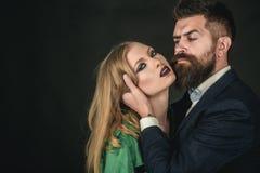 trzymaj rzymianie żyje Intymna para w mody odzieży Mody stylowa i włosiana opieka Stylowe ikony Oba kochają zdjęcia royalty free