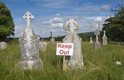trzymaj się podpisać na cmentarz Fotografia Stock