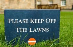 trzymaj trawniki z parku o znak kamienia Zdjęcie Royalty Free