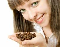 trzymaj ziarna kawy dziewczyny się uśmiecha zdjęcia royalty free