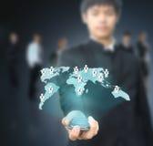 trzymający mężczyzna mapy sieć ogólnospołeczny Fotografia Royalty Free
