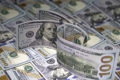 Trzysta dolarów amerykańskich rachunków stoi na sto dolarów amerykańskich banknotów tło Fotografia Stock