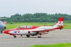 TS-11 Iskra - a placa número 4 vai na decolagem. Imagem de Stock Royalty Free