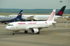 ` TS-IML d'EL Ksar de Gafsa de ` d'Airbus A320-211 de ligne aérienne de Tunisair sur l'aérodrome de l'aéroport de Malpensa Image stock