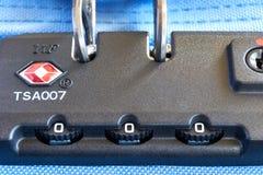 TSA akceptujący kędziorek na tramwaj walizce obraz royalty free