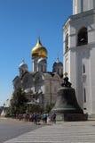 Tsaar-klok en de Kathedraal van de Aartsengel, het Kremlin, Moskou Royalty-vrije Stock Foto's